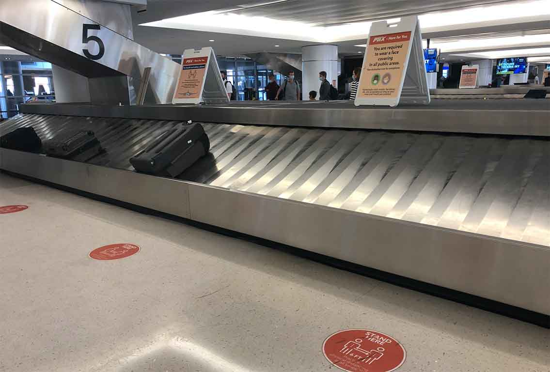 At baggage claim: No one cares if you don't want to wear a mask during the pandemic!